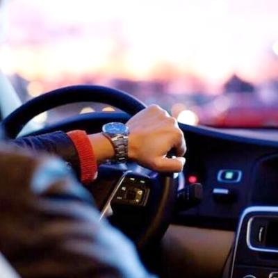Un hombre arrojo a su novia con el vehículo en marcha