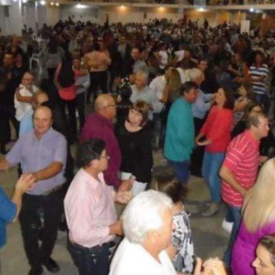 500 adultos mayores se juntaron a bailar y desataron la polémica