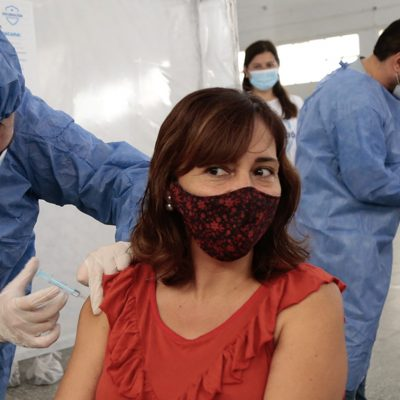 Comenzaron a vacunar a los docentes en Neuquén