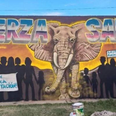 El símbolo de lucha plasmado en un gran mural