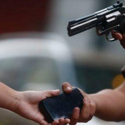 Robaron 5 mil pesos y un celular a una mujer