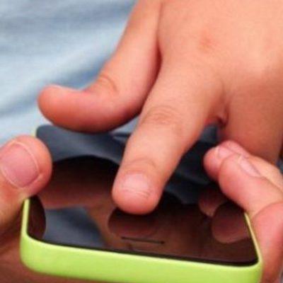 Le arrebató el celular a unos niños que jugaban en la vereda
