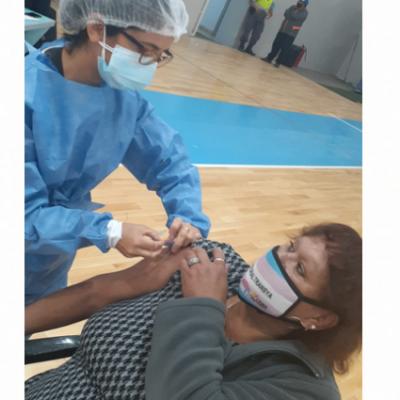 La primera adulta mayor trans de la comarca recibió la vacuna contra Covid