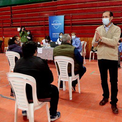 Gutiérrez supervisó la vacunación a demanda en el Ruca Che