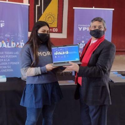 Estudiantes de la técnica recibieron computadoras