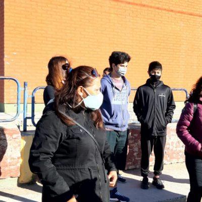 Padres autoconvocados de la EPET 10 reclamaron en la escuela