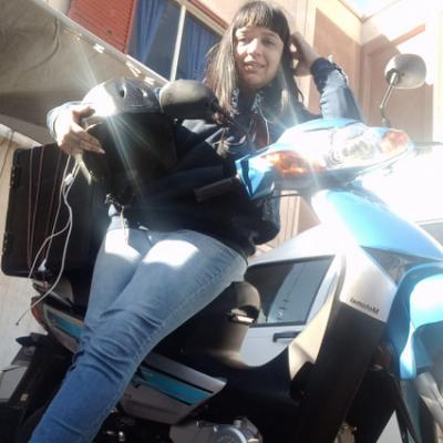 Adriana tiene moto nueva y vuelve a trabajar